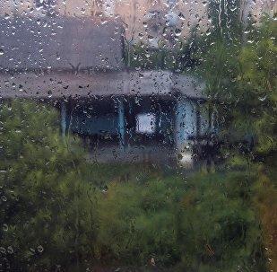 Капли воды на стекле во время дождя. Архивное фото