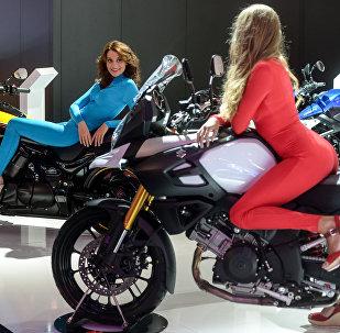 Мотоцикл минген кыздар. Архивдик сүрөт