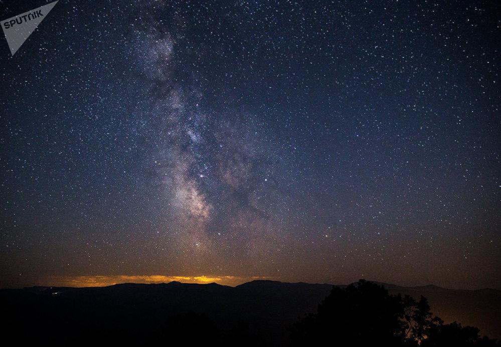 Персеиданын метеориттик жамгыры маалындагы жылдыздуу асман. Краснодар крайы
