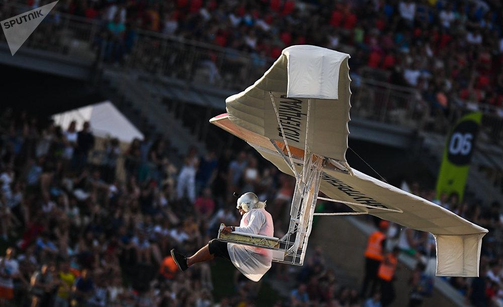 Москвада Red Bull Flugtag 2017 деп аталган колго жасалган учуучу аппарат фестивалынын катышуучусу трамплинден секирүүдө
