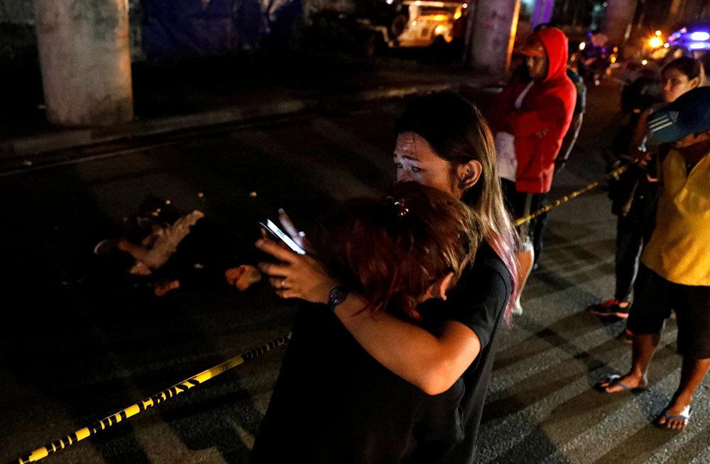 Филиппиндеги баңгизатка каршы рейддердин жүрүшүндө өлтүрүлгөн кишинин жанындагы тургундар