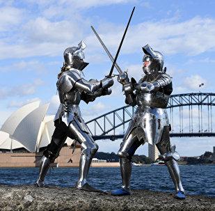 Участники чемпионата мира по историческому средневековому бою в Австралии позируют для фото. Соревнования пройдут 23 и 24 сентября в Сиднее