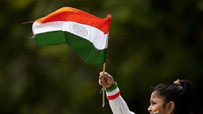 Девочка с флагом Индии на праздновании дня независимости страны. Архивное фото