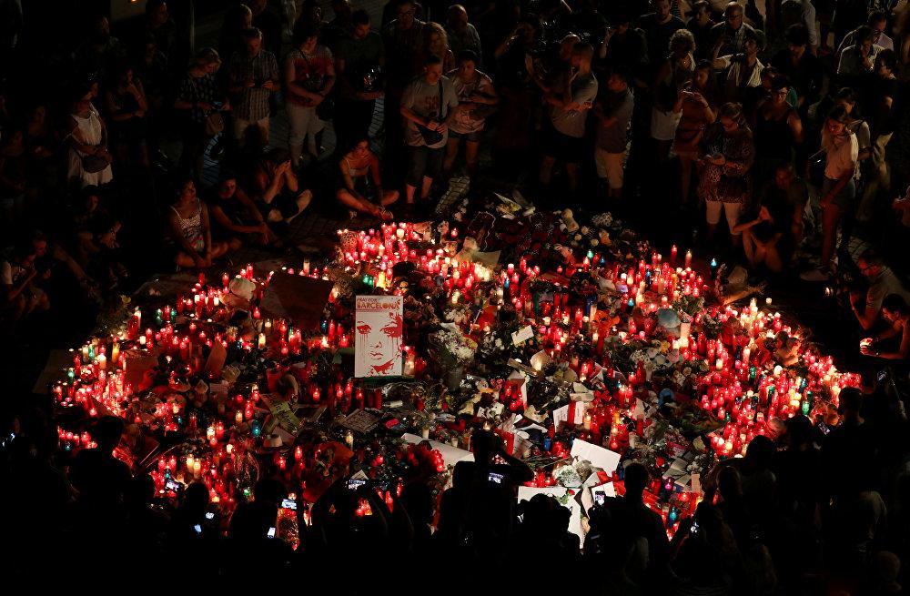 Барселонадагы терактыдан каза болгондор үчүн тургузулган мемориалга эл чогулууда. Бейшемби күнү аталган шаарда бир нече теракт катталып, андан 14 киши каза тапкан. Дагы 130дай киши ар кыл жараат алганы белгилүү болгон
