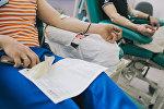 Доноры во время процедуры сдачи крови. Архивное фото