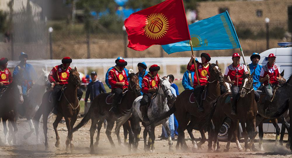 Кыргызстандын жана Казакстандык көк бөрүчүлөр беттеш алдында. Архив