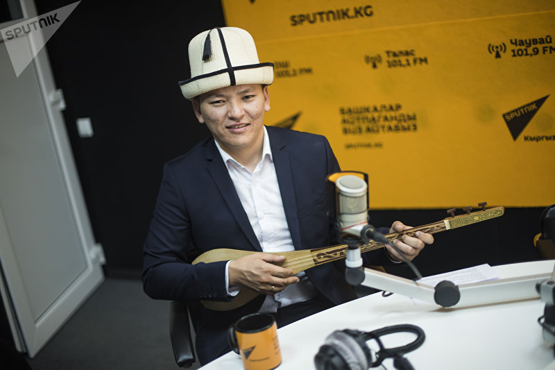 Акын-импровизатор Асылбек Маратов во время интервью ИА Sputnik Кыргызстан