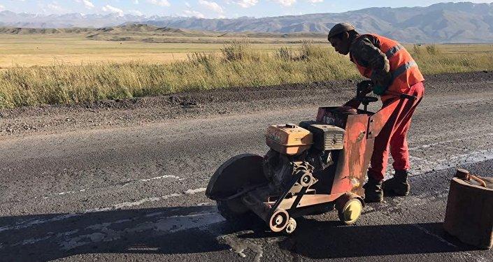 На перевале Отмок по дороге в Талас ведется ямочный ремонт