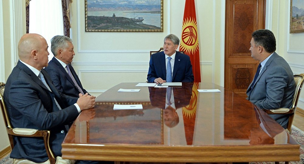 Президент КР Алмазбек Атамбаев на встрече с лидерами фракций парламентской коалиции большинства