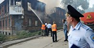 Сотрудники полиции и коммунальных служб во время ликвидации пожара в Ростове-на-Дону.