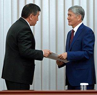 Президент КР Алмазбек Атамбаев и премьер-министр Сооронбай Жээнбеков. Архивное фото