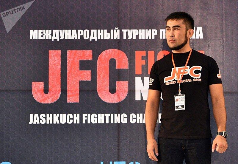 Тренер клуба Жаш-Куч Айбек Мусаев во время взвешивания спортсменов
