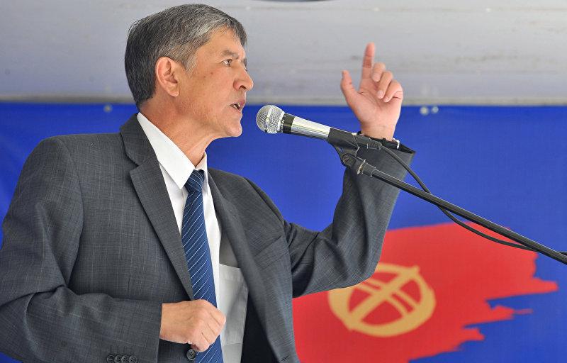 Бывший премьер-министр Алмазбек Атамбаев встречается со своими сторонниками во время президентской кампании в Бишкеке. 18 июля 2009 года