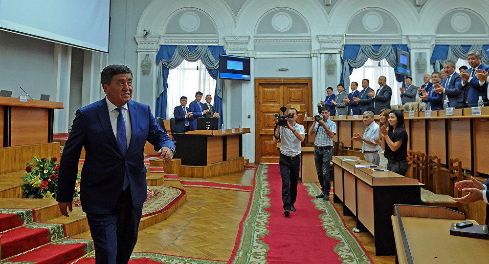 Премьер-министр Кыргызской Республики Сооронбай Жээнбеков на встрече с членами Правительства Кыргызской Республики объявил о своей отставке в связи с регистрацией в Центральной избирательной комиссии по выборам и проведению референдумов в качестве кандидата на должность Президента Кыргызской Республики.