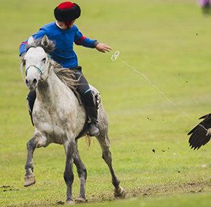 Охотник с беркутом во время национальных игр салбуруун. Архивное фото