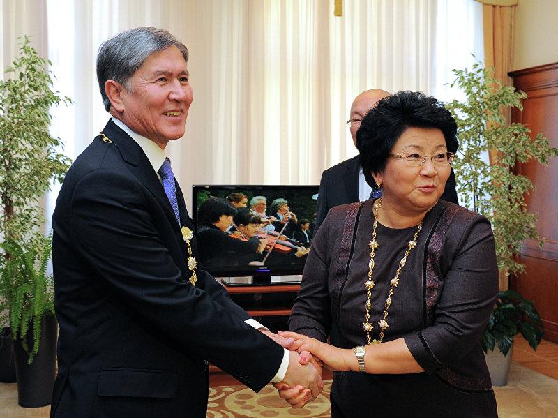 Роза Отунбаева и новоизбранный президент Алмазбек Атамбаев после церемонии инаугурации в Бишкеке. Отунбаева первый президент в Кыргызстане, которая передала власть следующему мирным путем.