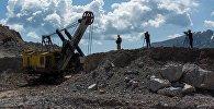 Сотрудники горнорудного комбината Макмалзолото на одноименном золоторудном месторождении. Архивное фото