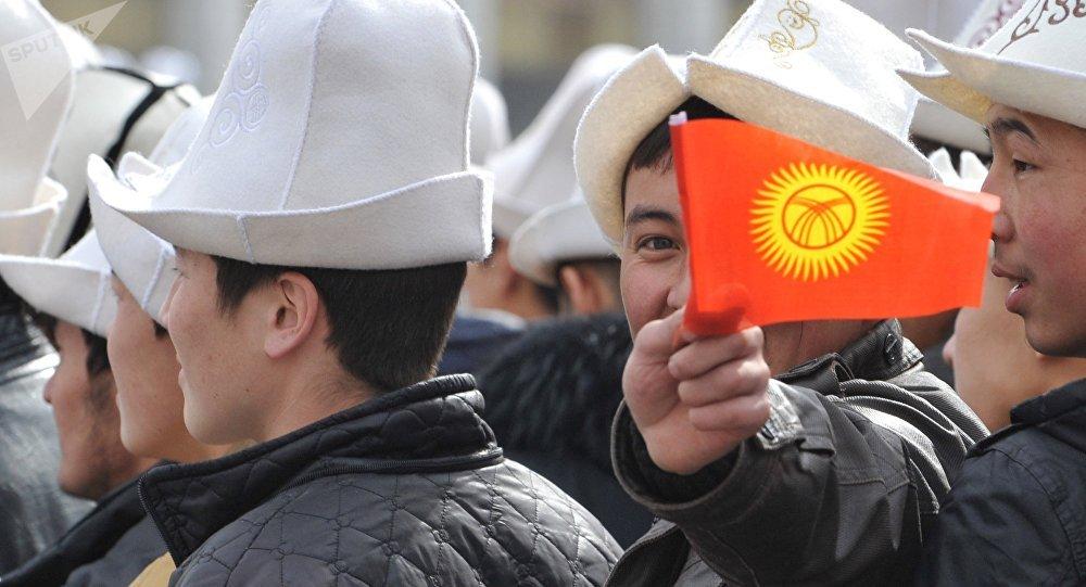 Кыргызстандын желегин кармап турган бала. Архив