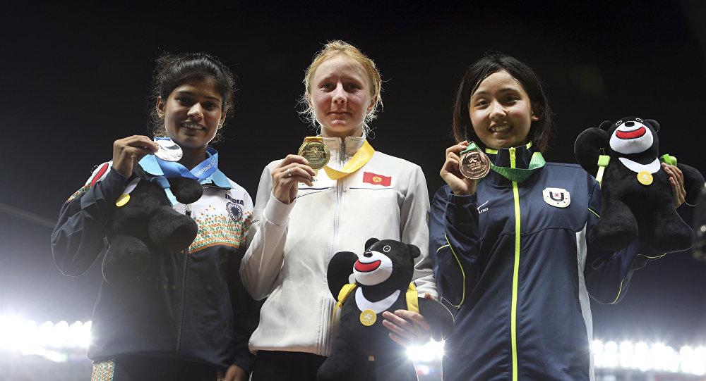 Кыргызстанская легкоатлетка Дарья Маслова (в центре) во время церемонии награждения на Всемирной летней Универсиаде в Китайском Тайбэе
