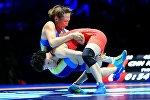 Кыргызстанский борец Айсулуу Тыныбекова и китаянка Ниньнинь Ронг в поединке за бронзу на Чемпионате мира по борьбе в Париже