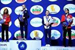 Кыргызстанский борец Айсулуу Тыныбекова (вторая справа), выигравшая бронзу на Чемпионате мира по борьбе в Париже.