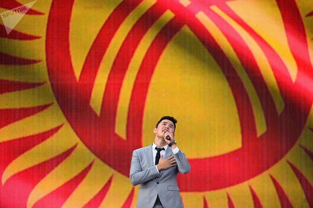 Иса Омуркулов  исполняет песню Кыргызстан
