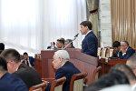 Кандидат на пост премьер-министра Сапар Исаков во время выступления в коалиции большинства Жогорку Кенеша