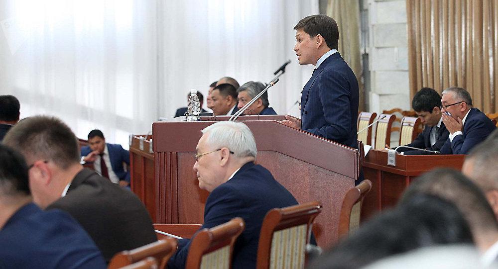 Премьер-министр Сапар Исаков во время выступления в Жогорку Кенеше. Архивное фото