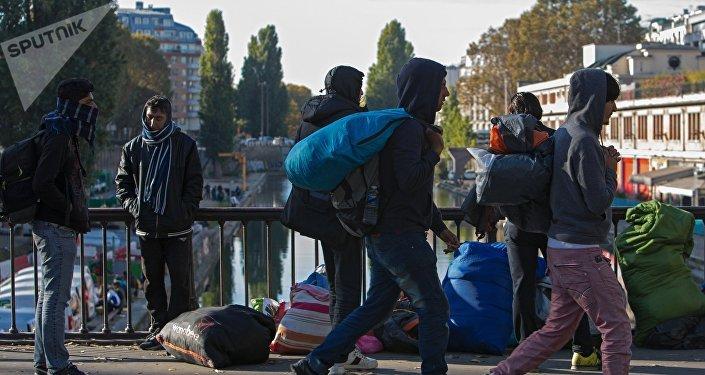 Мужчины в районе Сталинград в Париже, где находится лагерь беженцев. Архивное фото