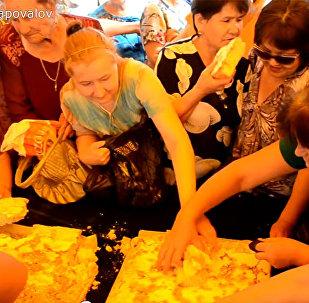 Хит Интернета: казахские бабушки сражаются за бесплатную шарлотку