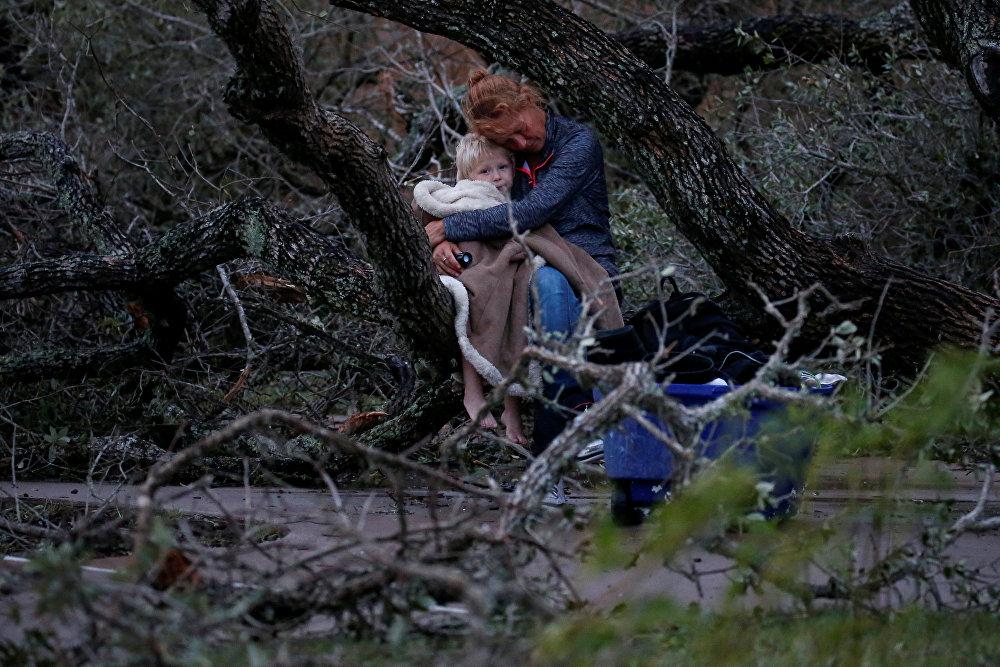 Техас штатындагы Харви бороонунан кийин үй-жайсыз калган эне-бала