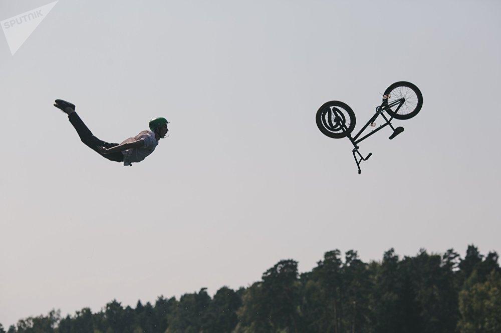 Велосипед менен сууга секирүү боюнча Fun Jumping турниринин катышуучусу