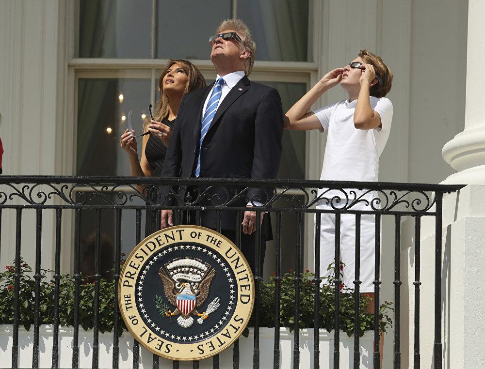 АКШнын президенти Дональд Трамп, жубайы Мелания жана уулу Баррон күндүн тутулуусуна көз салууда. Жаратылыштагы мындай кубулушту Америкада гана көрүүгө болот.