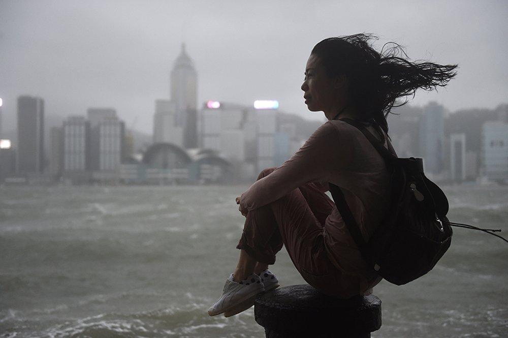 Кытайдагы Hato тайфуну жүрүп жаткан маалдагы кыздын сүрөтү