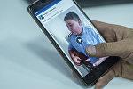 Комуз менен ыр аткарып жаткан милиция кызматкери. Kyrgyzbek Manasbai аттуу колдонуучунун Facebook баракчасынан тартылган сүрөт