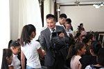 Ош шаарынын мэри Айтмамат Кадырбаев билим күнүнө карата аз камсыз болгон үй-бүлөлөрдүн балдарына окуу куралдары менен толтурулган баштыктарды белекке берди
