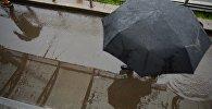 Прохожий под зонтом. Архивное фото