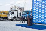 Президент Алмазбек Атамбаев Газпромдун каржылоосу менен курулуп жаткан мектептин пайдубалына капсула салуу аземинде