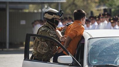 Задержание условных преступников на учениях. Архивное фото