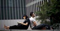 Молодые люди отдыхают в парке района Central в Гонконге. Архивное фото