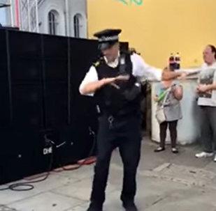 Полицейский внезапно станцевал на площади и завел толпу — хит Сети