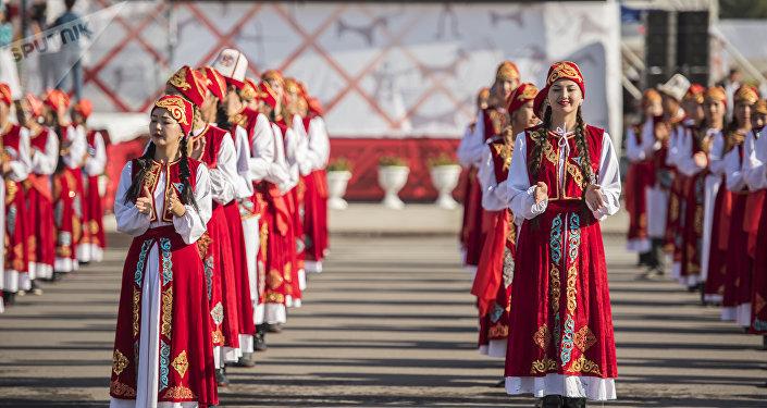 Танцевальный коллектив на площади Ала-Тоо в Бишкеке во время празднования независимости Кыргызстана. Архивное фото