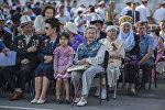 Зрители на площади Ала-Тоо в Бишкеке. Архивное фото