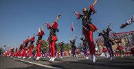 Танцевальный коллектив на площади Ала-Тоо в Бишкеке во время празднования 26-летия независимости Кыргызстана
