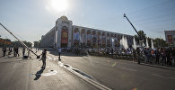 Горожане на площади Ала-Тоо в Бишкеке во время празднования дня независимости Кыргызстана. Архивное фото