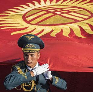Военнослужащий с флагом КР на площади Ала-Тоо. Архивное фото