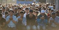 Мусульмане на праздничном намазе на старой площади Бишкека. Архивное фото