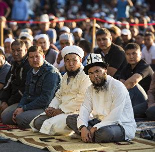 Мусульмане в день праздника жертвоприношения Курман-айт на старой площадь Бишкека