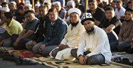 Мусульмане в день праздника жертвоприношения Курман-айт на старой площадь Бишкека. Архивное фото