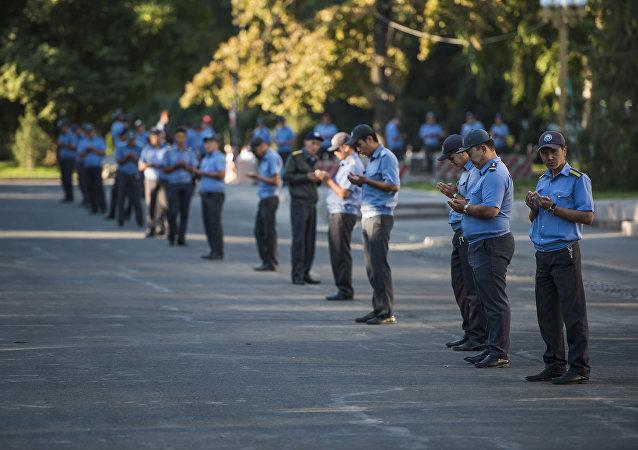 Милиционеры на старой площади Бишкека во время праздничного намаза. Архивное фото